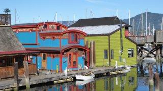 port avec maisons colorées