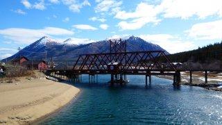 Paysage pont et montagnes