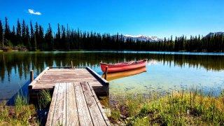 Vue ponton avec petit bateau